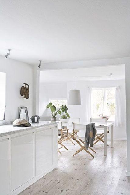 לבן שפותח מרחב ויזואלי בעיצוב הבית