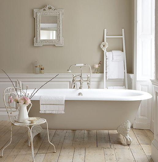 לבן עם נטייה וינטאזי'ת בעיצוב חדר האמבטיה